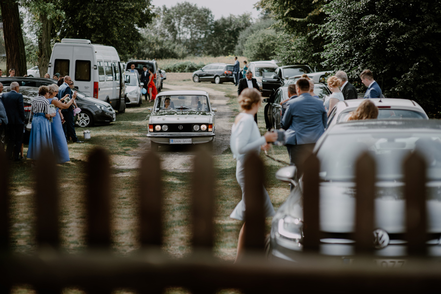biały fiat do ślubu